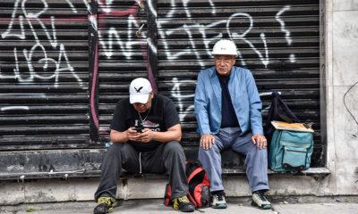 CIUDAD DE MÉXICO, 23SEPTIEMBRE2017.- Voluntarios toman un descanso sobre avenida Medellín, a cuatro días del sismo que afectó la capital del país. FOTO: MARIO JASSO /CUARTOSCURO.COM