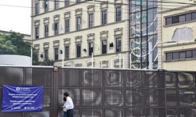 CIUDAD DE MÉXICO, 25SEPTIEMBRE2017.- La comunidad del Tec de Monterrey campus Ciudad de México llevaron a cabo el homenaje póstumo para honrar la memoria de Juan Carlos, Edgar Michel, Alejandro Ruben y Luis Manuel, víctimas del sismo del pasado 19 de septiembre. El homenaje fue realizado en el Centro Cultural y Deportivo de dicha univesidad, en donde acudieron más de 5 mil personas vestidas de blanco. FOTO: MARIO JASSO /CUARTOSCURO.COM