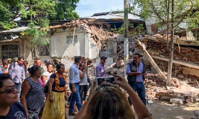 JUCHITÁN DE ZARAGOZA, OAXACA, 08SEPTIEMBRE2017.- El secretario de Agricultura José Calzada Rovirosa acompaño al gobernador de la entidad Alejandro Murat a un recorrido de evalución de los daños sufridos en este municipio tras el sismo de ayer por la media noche de 8.2 grafos en la escala de richter, decenas de casas muestran severas afectaciones, mientras que ya se contabilizan una veintena de muertos. FOTO: CUARTOSCURO.COM