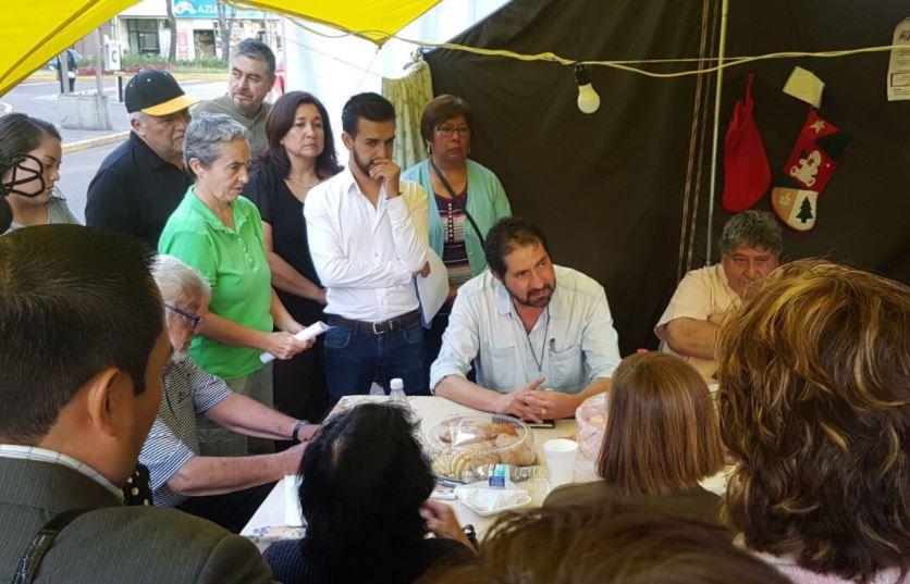 """Tras atender a damnificados con """"unos mezcales"""", Ricardo Becerra confía en seguir en puesto"""