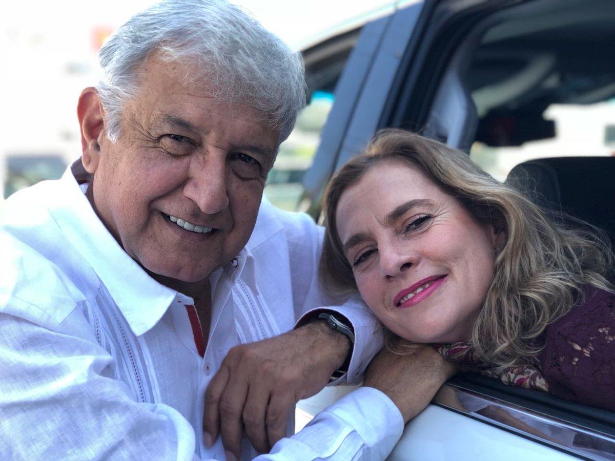 """""""Aquí pobremente echando novio"""". AMLO y su esposa, Beatriz gutiérrez Müller"""
