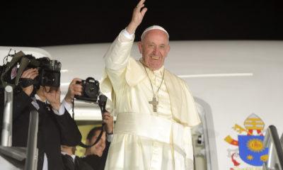 """CIUDAD JUÁREZ, CHIHUAHUA, 17FEBRERO2016.- El Primer Mandatario mexicano, Enrique Peña Nieto, encabezó, junto con su esposa, la señora Angélica Rivera de Peña, la ceremonia de despedida del Papa Francisco, al concluir su visita a México. Mientras se dirigía al avión que lo llevaría de regreso a Roma, se escuchó el tema musical de su visita: """"Luz"""" y, luego, un mariachi interpretó """"Las Golondrinas"""". FOTO: PRESIDENCIA /CUARTOSCURO.COM"""