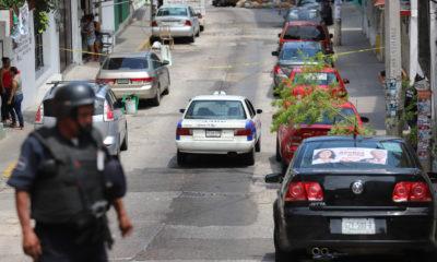 ACAPULCO, GUERRERO, 08JUNIO2018.- En un enfrentamiento que se dio en la zona de tolerancia sobre la Calzada de Pie de la Cuesta, se inició una persecución entre bandas delictivas que finalizó frente a una escuela en la avenida Ignacio Zaragoza. En el lugar quedó un herido y un taxi con más de diez orificios de impacto de arma. Hasta el momento se desconoce el paradero de los ocupantes FOTO: BERNANDINO HERNÁNDEZ /CUARTOSCURO.COM
