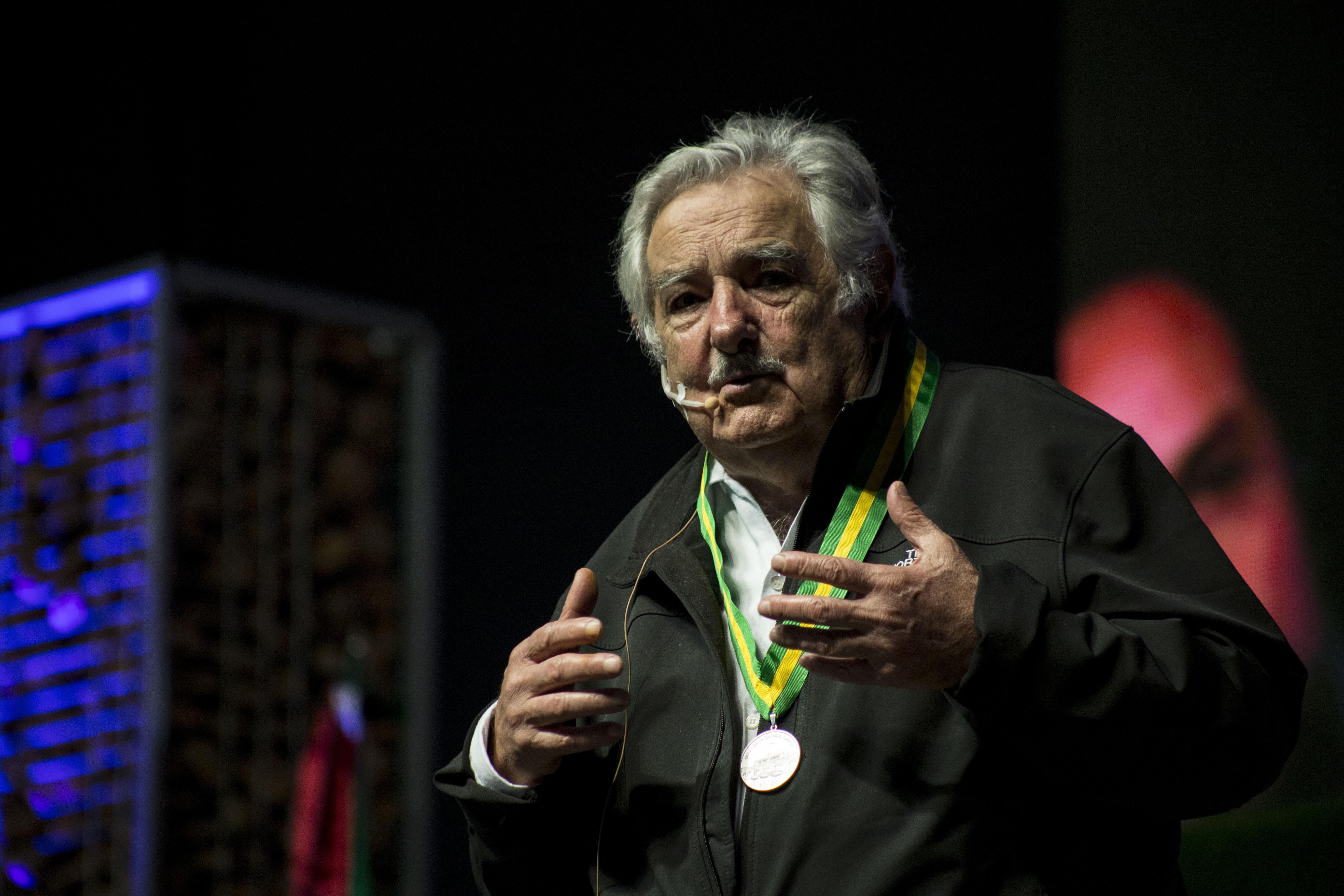 """TIJUANA, BAJA CALIFORNIA 12OCTUBRE2016.- El ex presidente de Uruguay, José """"Pepe"""" Mujica, impartió una conferencia magistral dirigida a estudiantes de la Universidad Autónoma de Baja California (UABC). Juan Manuel Ocegueda Hernández, rector de la universidad, otorgó el nombramiento de Doctor Honoris Causa y se le hizo entrega de un borrego cimarrón, icono de la UABC y una medalla como parte del reconocimiento. FOTO: TERCERO DÍAZ /CUARTOSCURO.COM"""