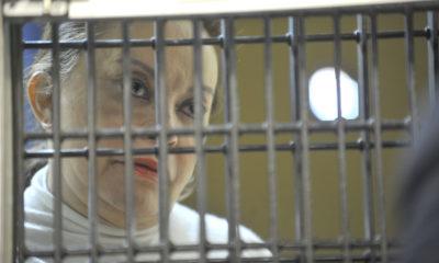 MÉXICO, D.F., 27FEBRERO2013.- Elba Esther Gordillo, dirigente del Sindicato Nacional de Trabajadores de la Educación (SNTE), tras la rejilla de prácticas del Juzgado 6 del Reclusorio Oriente, durante la audencia en donde se le dictaron los cargos que se le imputan. FOTO: CUARTOSCURO.COM