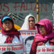 CIUDAD DE MÉXICO, 25ABRIL2018.- Padres de los 43 estudiantes desaparecidos de la normal de Ayotzinapa y compañeros normalistas realizaron un mitin afuera de la Secretaría de Gobernación para exigir que el gobierno continúe con la búsqueda de sus familiares. Una comisión entró a la dependencia de gobierno para pedir una cita con el secretario Alfonso Navarrete Prida. Posteriormente se trasladaron al antimonumento +43 para anunciar sus actividades en el marco de los 43 meses de los hechos ocurridos el 26 de septiembre de 2014. FOTO: DIEGO SIMÓN SÁNCHEZ /CUARTOSCURO.COM