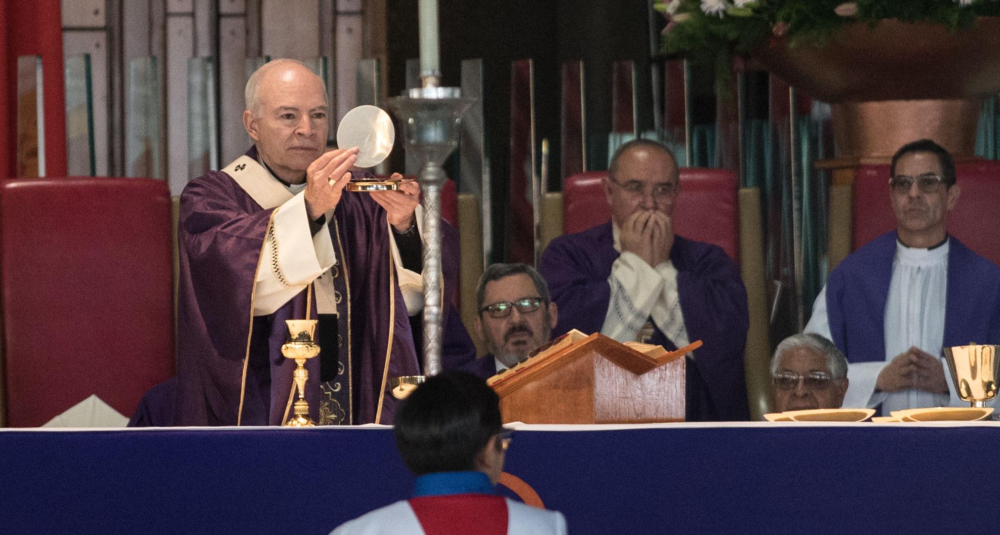 """Arzobispo Primado de México dice que los jueces deben bajar su salario por una cuestión """"moral"""""""