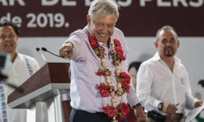 AMLO saludando a gente en Tlapa, Guerrero, donde entregó las primeras pensiones para discapacitados