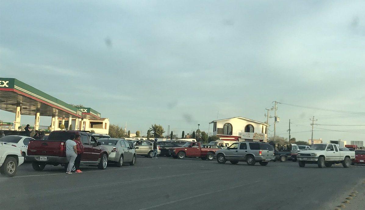 Ciudadanos se forman buscando adquirir reservas de gasolinas ante el desabasto actual