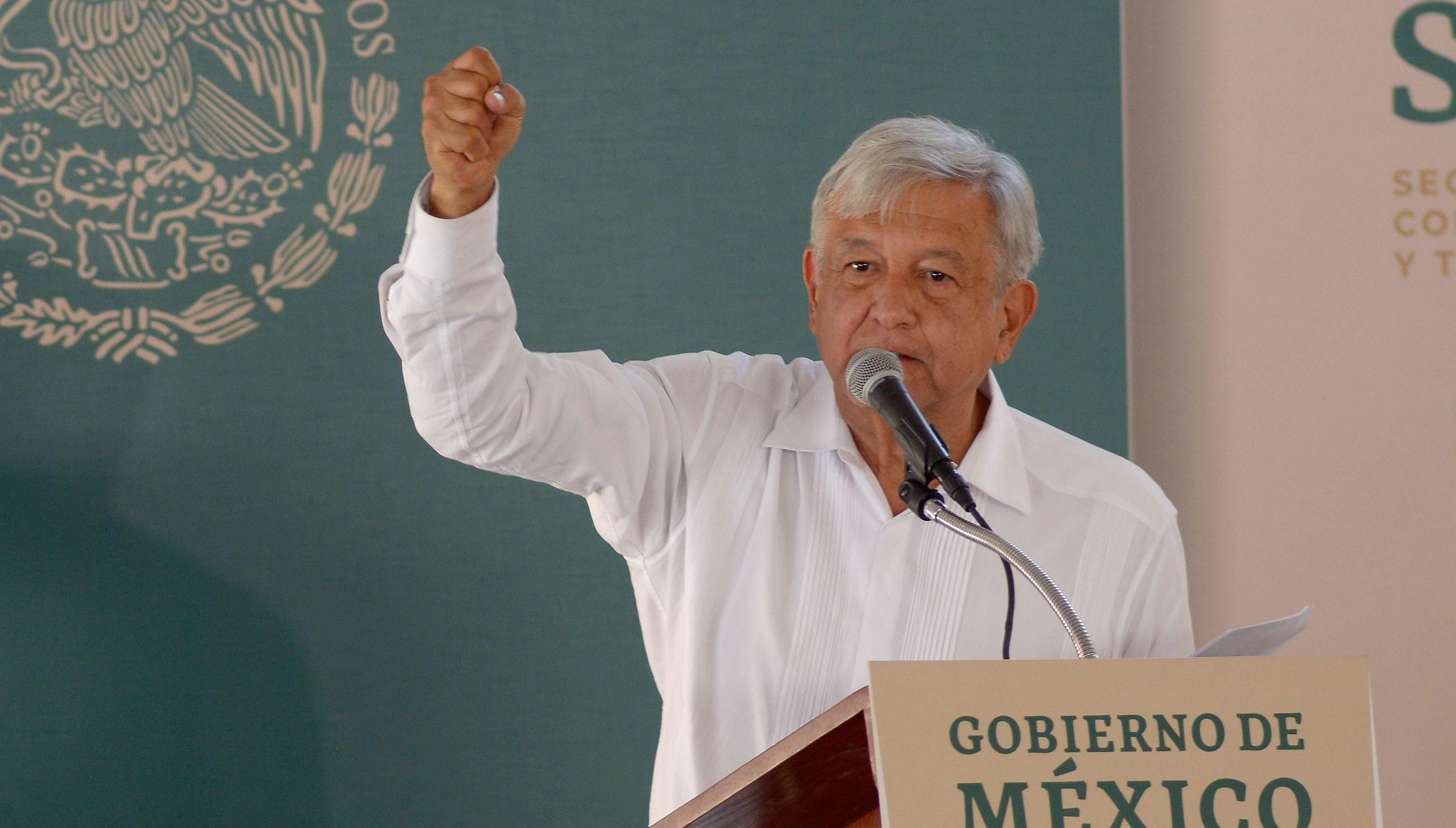 AMLO visitó Tamazula, Durango para supervisar una carretera, en esta dijo que le hizo una limpia a la silla presidencial