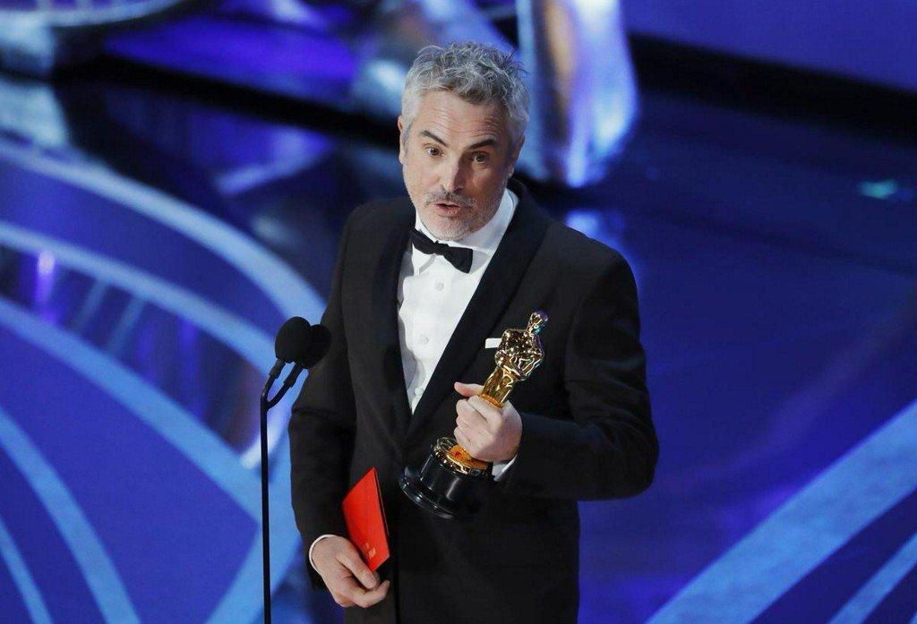 Alfonso Cuarón es felicitado por el equipo de la Roma