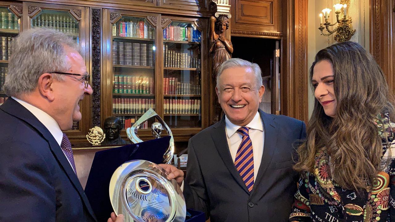 AMLO, declarado embajador mundial de beisbol rumbo a los juegos olímpicos de Tokio 2020