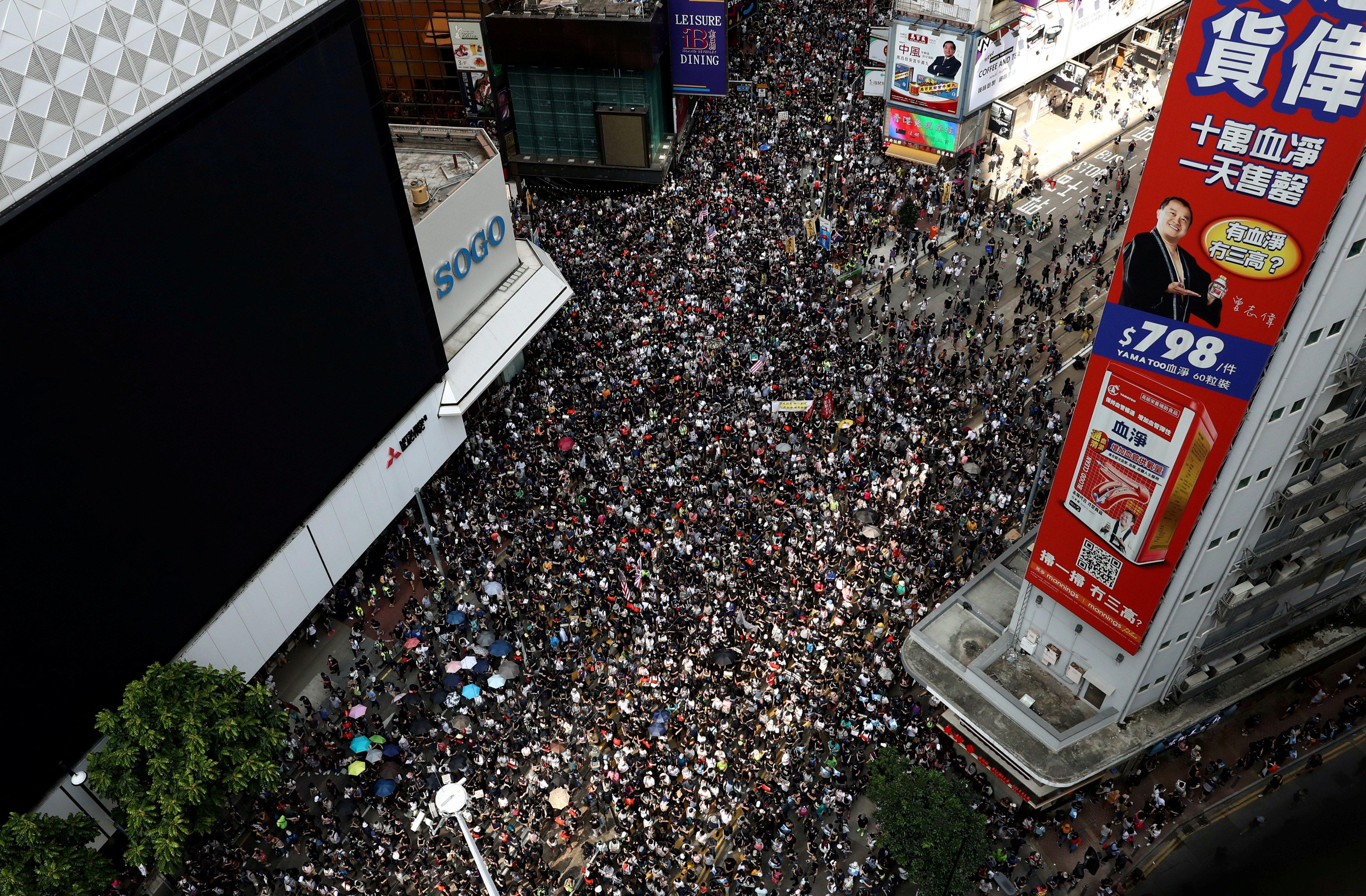 Manifestantes y policías chocan en Hong Kong