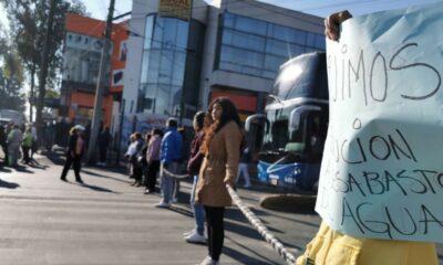 Vecinos de Escuadrón 201 bloquean avenida por falta de agua