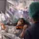 Violista toca su instrumento mientras le operan un tumor
